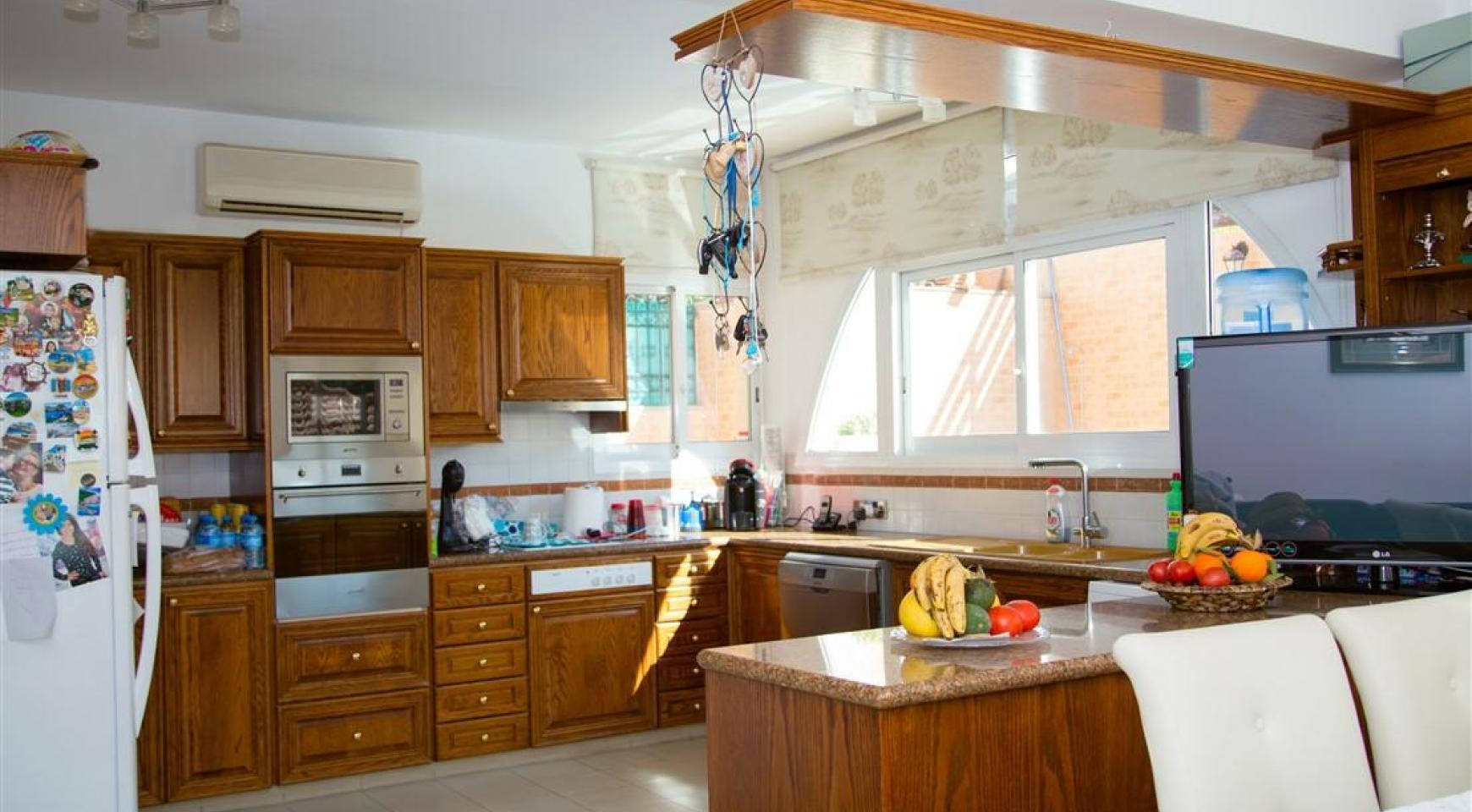 Просторный 5-Спальный Дом в Районе Агиос Атанасиос - 14
