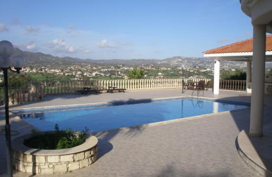 Просторная 5-Спальная Вилла с Изумительными Видами в Районе Pyrgos